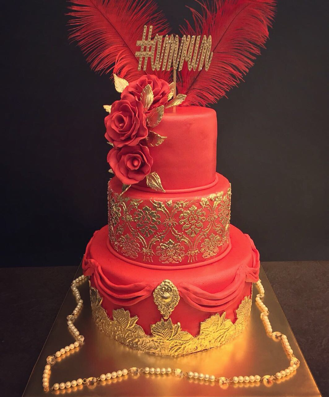 #amrun #nitinkhurana #thesweetboutique #delhi #luxurycakes #wedtease #weddingcakes #redandgold